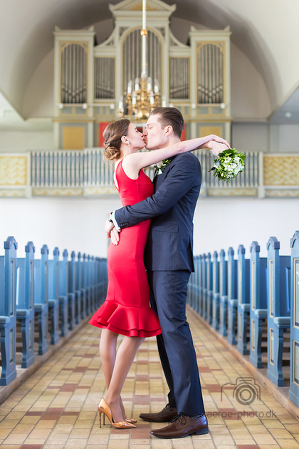 The old beautiful church in Aeroeskobing is perfect for elopement photos on the island Aeroe.
