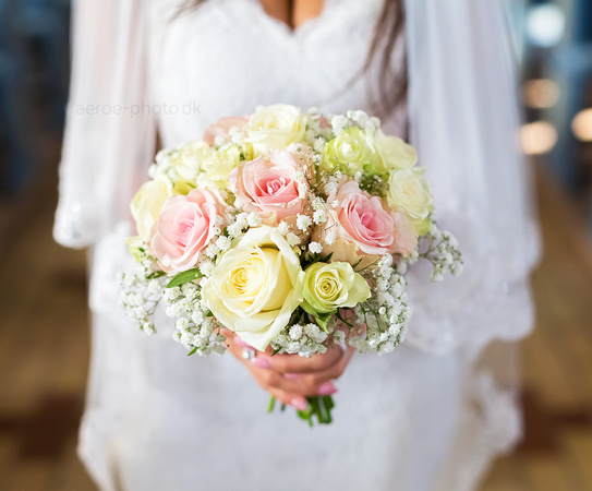 Bride with classical bouquet with roses and babys breath.