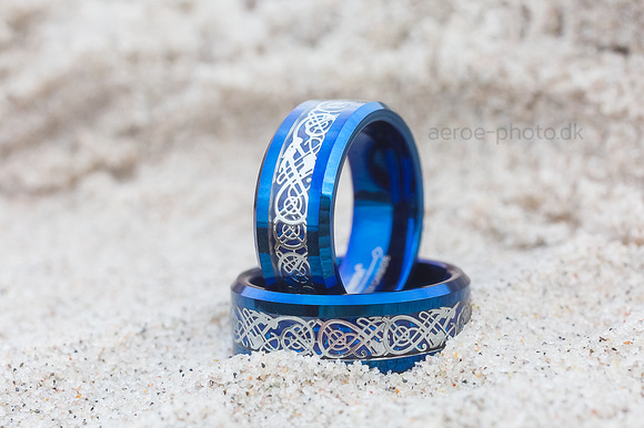 Beautiful wedding rings made of tungsten. Should not be scratched so easy as other rings.